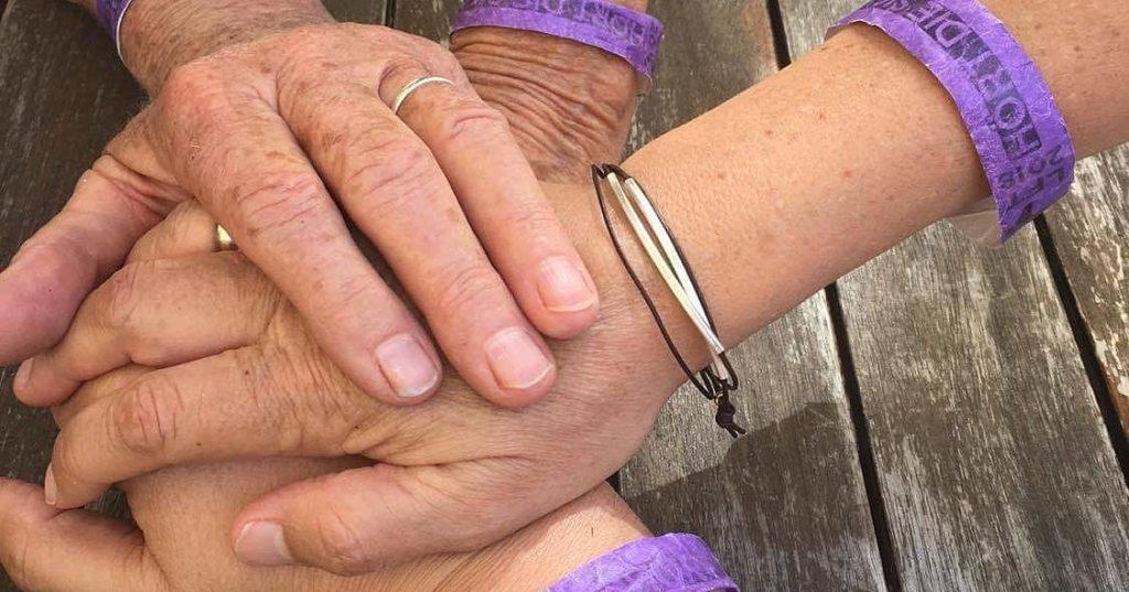 vier aufeinandergelegte Frauenhände