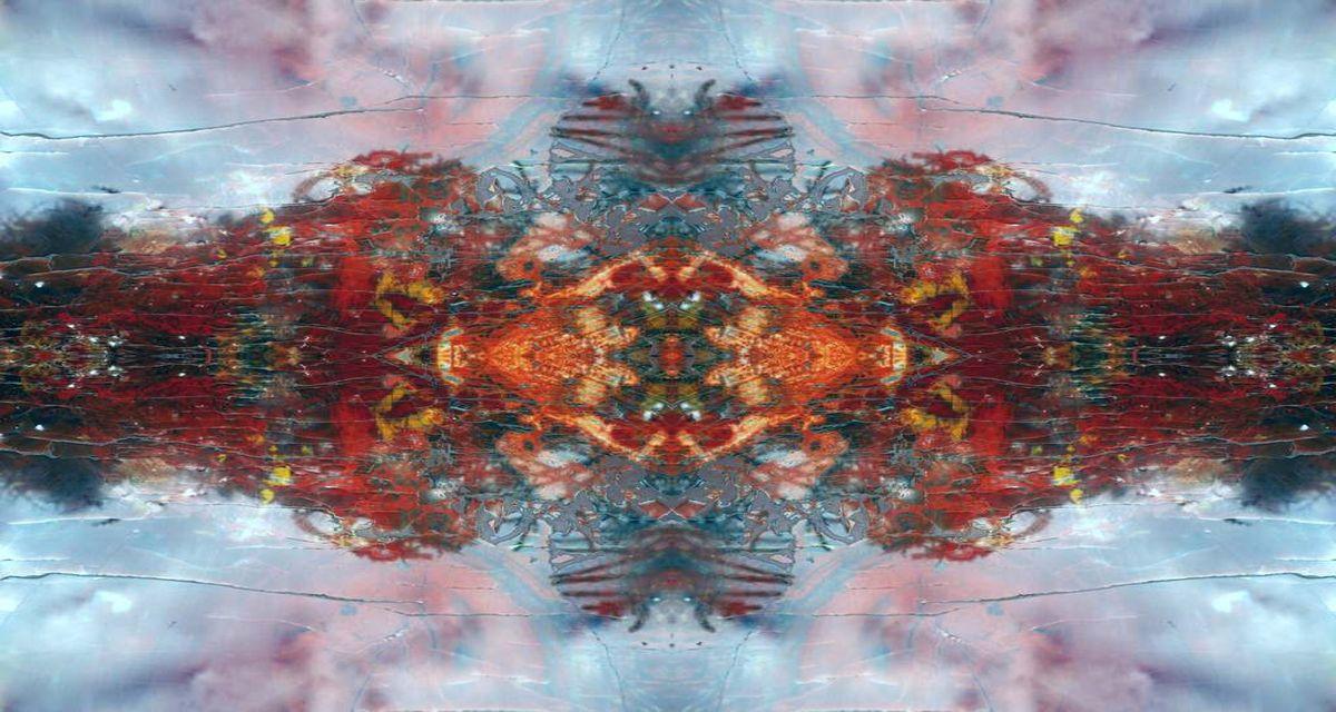 abstrakte Figur von Stärke in verschiedenen Rottönen, Blau, Grau und bisschen Schwarz