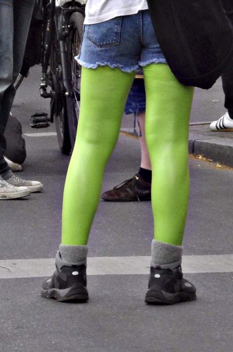 Frau mit abgeschnittenen Jeans und knallgrünen Strumpfhosen