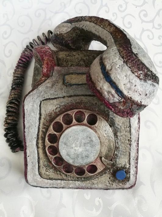 Skulptur in Form eines alten Telefons
