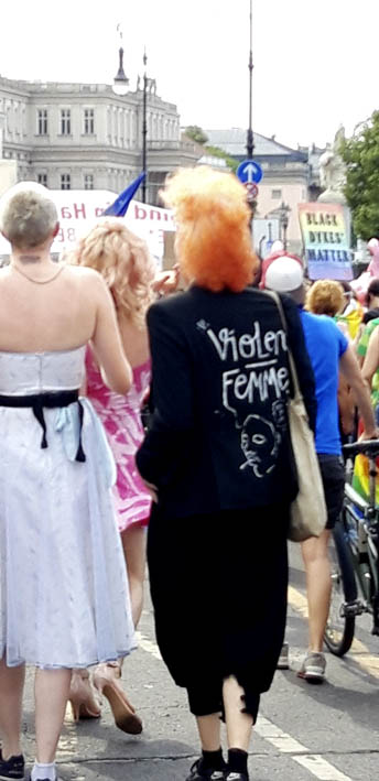 Frau von hinten mit Aufschrift: Violent Femme