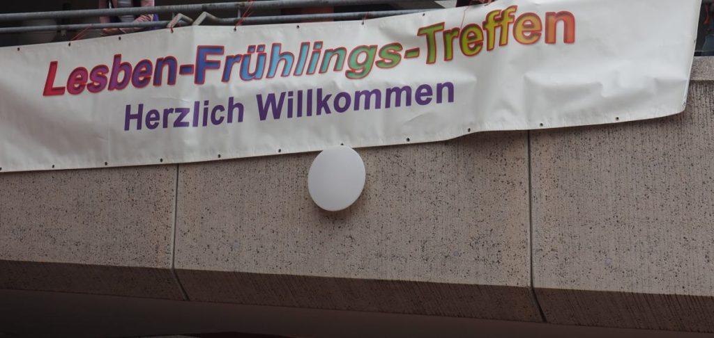 Banner mit Aufschrift: Herzlich willkommen am Lesbenfrühlingstreffen